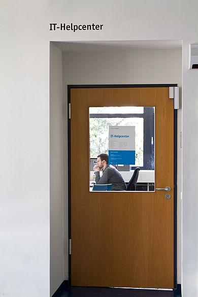 Eingangstür zum IT-Helpcenter im HRZ