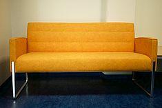 Couch im HRZ-Foyer - © HTW Berlin / Torsten Rack