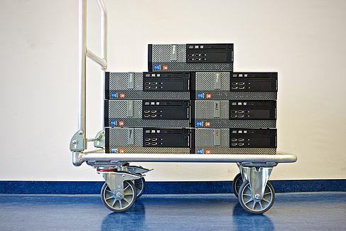 Rollwagen mit PC-Stapeln - © HTW Berlin / Dennis Arndt